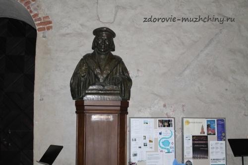 Памятник М. Агриколе в храме